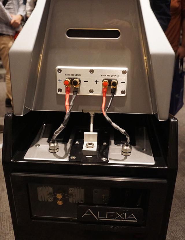 画像: ウーファー下側にスピーカー端子があり、ミッドレンジとトゥイーターにはウーファー上側の出力からつなぐ仕様。写真のミッドレンジユニットはスパイクでウーファーのエンクロージャーに乗っている