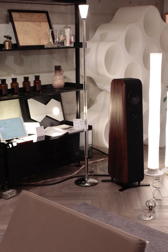 画像: チャリオのスピーカーはインテリア重視の部屋でも、存在感を主張し過ぎることなく溶け込む。照明を含めイタリア家具でまとめた空間で、イタリアの音楽を楽しんだらさぞかし有意義な時間が過ごせそう。