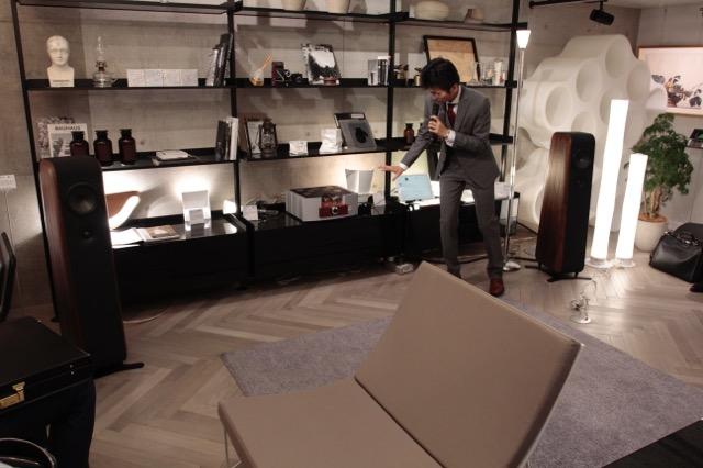 画像: リビングルームのシーンに置かれたチャリオ「Cielo」とパトス「Logos MkⅡ」。