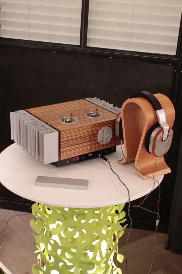 画像: ヘッドフォンアンプ「InPol EAR」はアンバランス出力に加え、バランス出力にも対応。タイムロードが取り扱うウルトラゾーンのヘッドフォンを過不足なくドライブしていた。