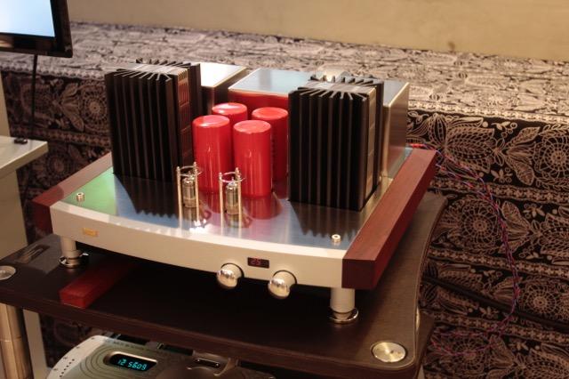 画像: プリメインアンプ「Twin Towers」は出力35W+35W(8Ω)。木材と金属を組み合せたシャーシ・デザインは洗練されている。発表会ではチャリオ「Sonnet」を優雅な音で奏でていた。