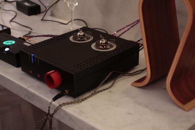画像: ヘッドフォンアンプ「Aurium」はアンバランスに特化した小型アンプで、赤いボリュウム・ツマミが印象的。写真のブラック仕上げに加え、シルバー仕上げが用意される。同社が取り扱うコードのDAC関連製品との連携も図れる。