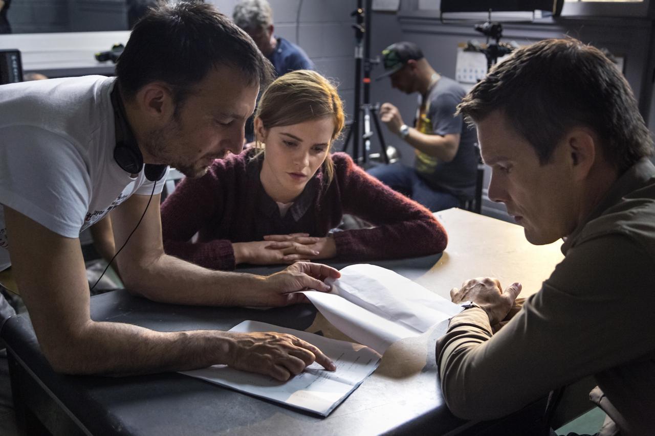 画像: 真剣な表情で監督やイーサン・ホークとディスカッションするエマ