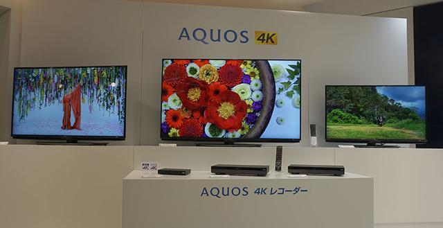 画像: ▲写真奥に4Kテレビが並ぶ。中央が60インチの4T-C60AN1、左が4T-C50AN1、右端が4T-C45AL1