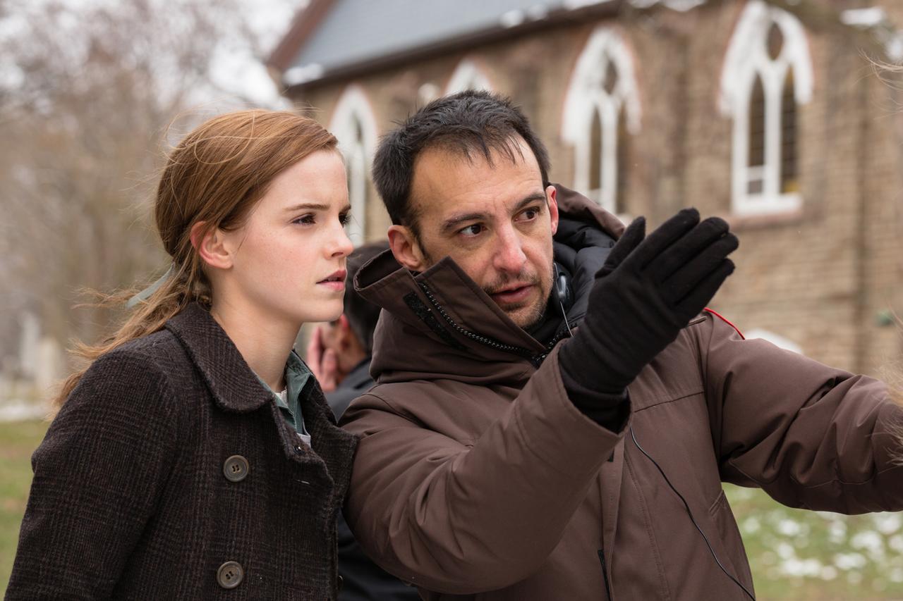 画像: エマとアメーナバル監督(右)。彼は安楽死をめぐる人間ドラマ『海を飛ぶ夢』のほか、『オープン・ユア・アイズ』や『アザーズ』などのサスペンスも監督している