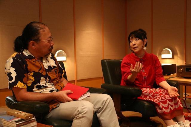 画像: とっても和やかなインタビュー。亜美さんは、ご主人である小原礼さんの作品づくりやスタジオワークなども手伝うとのことで、エレクトロニクスにもかなり詳しいとお見受けいたしました