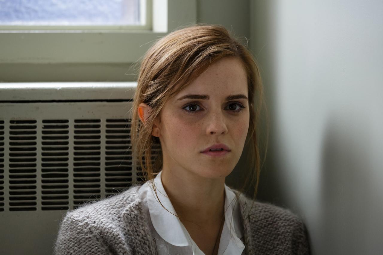 画像: エマといえばその美しさが話題になることが多いが、本作では見事にそのオーラを消し去っている