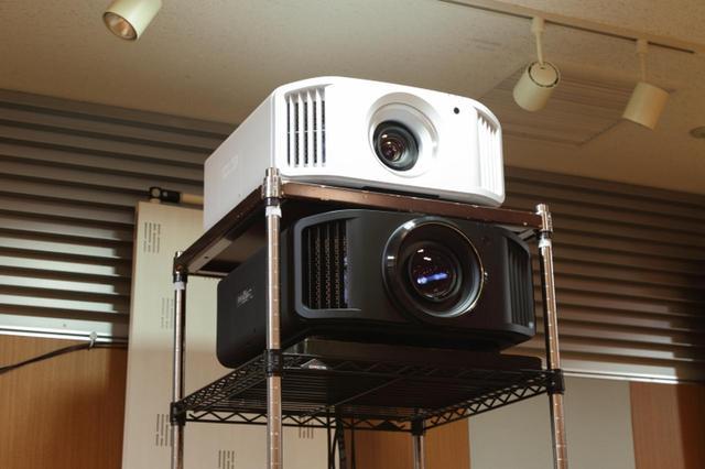 画像: ▲上がDLA-V5で下がDLA-V9R。イベントではV9Rを使った150インチ映像で大作を上映した