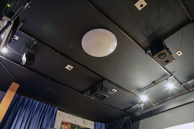 画像: この部屋を作る際に、天井に4本のレールを埋め込んでいる。ここにバーを渡すことで、任意の場所にトップスピーカーを設置できるという。今回の取材のために、3ペア、6本のトップスピーカーが取り付けられていた