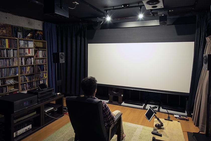 画像: サウンドスクリーンを使っているのも、映画作品を手がける蝦名さんのこだわりだ。フロントL/C/Rは高さを揃えるために、純正のスタンドにセットされている。サラウンド、サラウンドバックを含めてスピーカーの高さが綺麗に揃っている