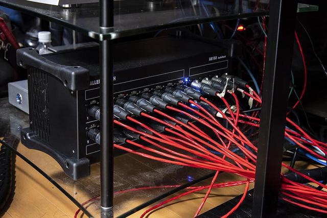 画像: ハイレゾ機器を収納しているラックの最下段には、デジタルミキサーが収められている(左)。ISP 3D.16 ELITEからの信号を一旦ここにつなぎ、各信号のレベルをiPadのアプリでモニターしている(上)