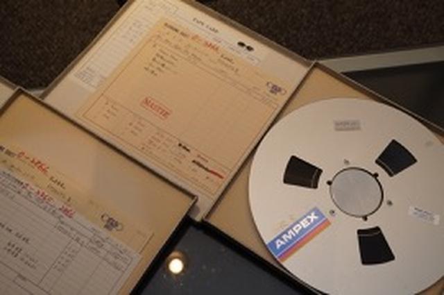 画像: マスター素材の紙箱には、そのテープに関する仕様の記述や、制作時の注意点などが記されていることが多い。このテープのリール、通常のものより大きい12インチサイズなのがおわかりだろうか?