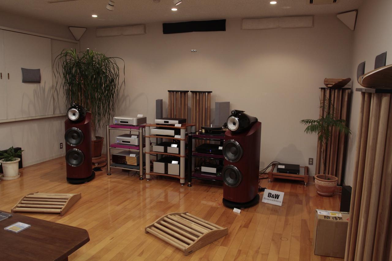 画像: 体験会が開催されたクリアーサウンドイマイ2階の試聴室。要所に音響パネルや吸音材を施すことで、奥行きと左右に広がりのある音が得られている