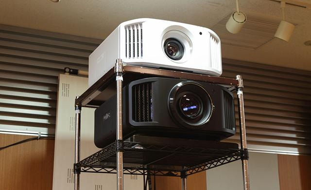 画像: JVCのこの秋の新製品、DLA-V9R(下)とV5(上)も準備され、最高の絵と音が楽しめた