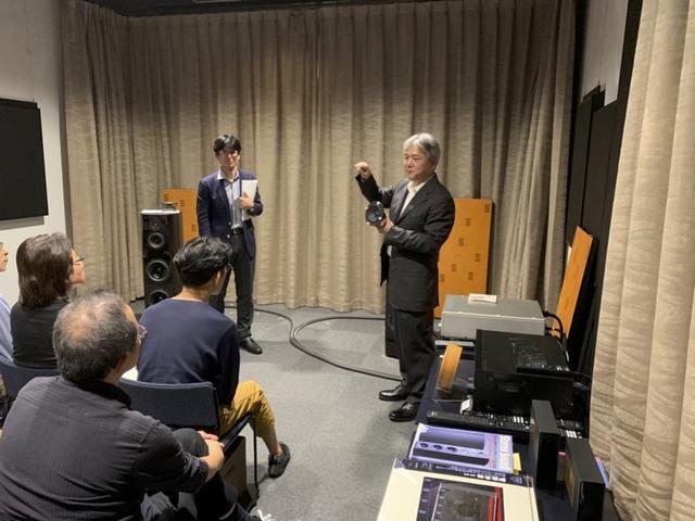 画像: 今回、ソニーストア銀座の試聴室は、通常とは異なるチューニングとなった。SS-ARシリーズの開発秘話を披露する加来さんと、ステレオサウンド編集長(写真左)