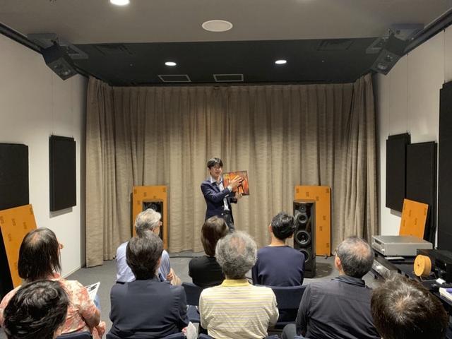 画像: 今回の試聴会では、ステレオサウンドからリリースされている音楽ソフトを数多くご視聴いただいた。ステレオサウンド編集長が手にしているのは、ワーグナー:楽劇《ジークフリート》舞台祝典劇「ニーベルングの指環」第2日で、SACDシングルレイヤー3枚組の超豪華ソフト。詳細は下記リンクへお越しください www.stereosound-store.jp