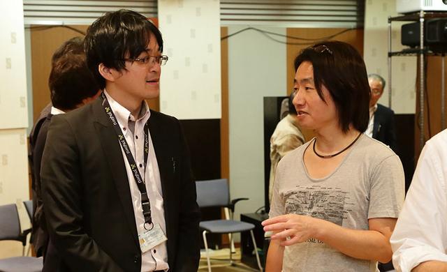画像: イベント終了後、来場者の質問にていねいに答えるヤマハ株式会社 音響開発統括部 AV開発部 電気グループ 主任 佐藤亮太さん(左)