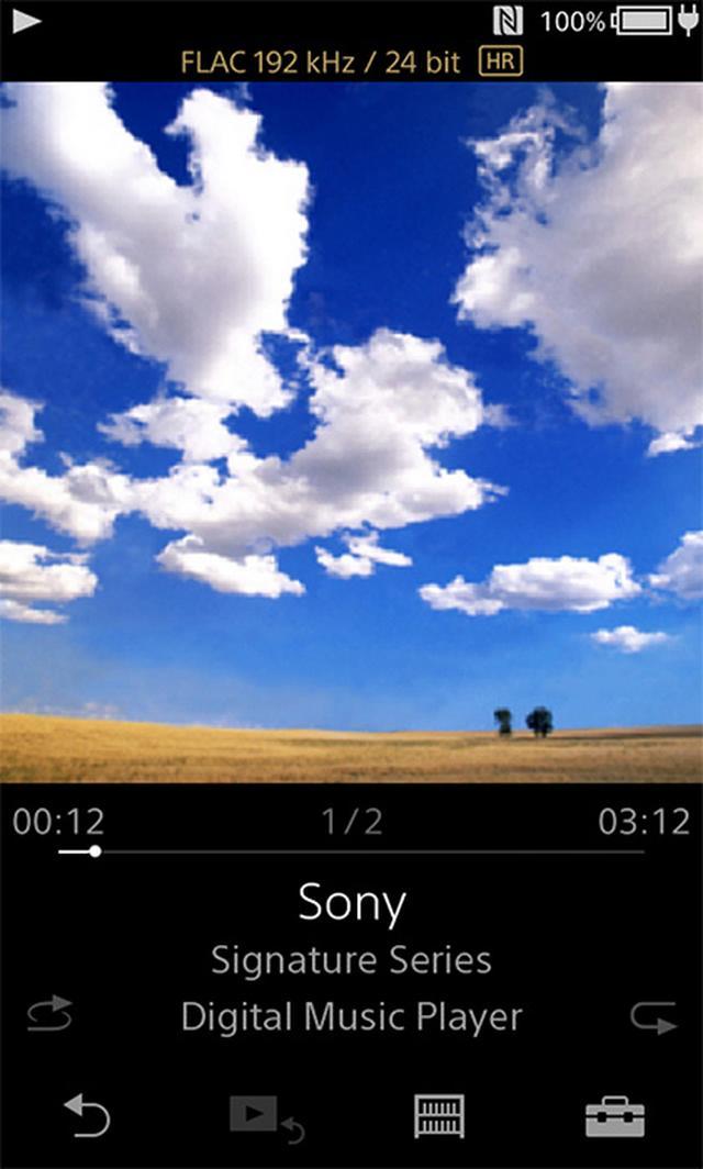 画像: 基本ユーザーインターフェイスはウォークマンシリーズと共通。画面は3.1型サイズでタッチで操作が可能になっている