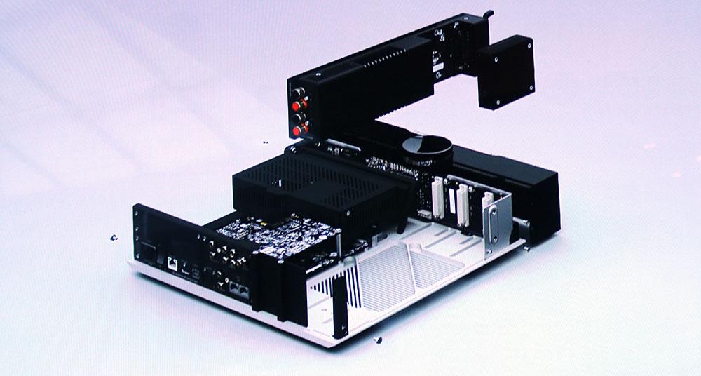 画像: ▲モジュール交換の模式図。モジュール交換、取り付けは天板をはずして行なう。写真右上の四角い物体がDACユニット