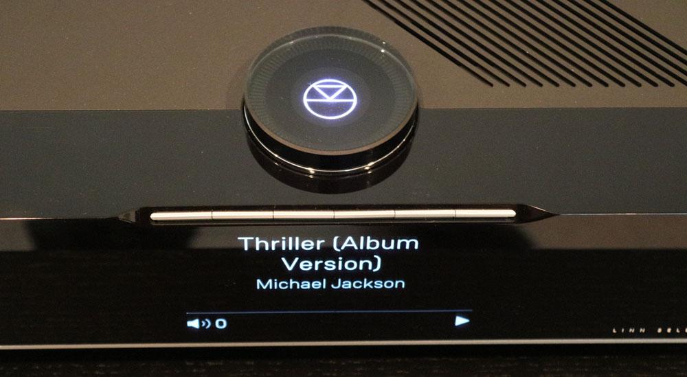 画像: ▲SELEKT DSMの特徴的なデザインである、ダイヤル部とスマートスイッチ。スイッチは2段式で、1度押しで表示を、2度押しでそのボタンに設定された機能(楽曲再生など)が行なえる