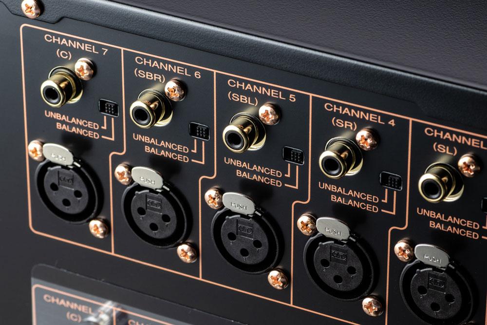 画像: ▲7系統のアナログ音声入力には、アンバランス(RCA)とバランス(XLR)をそれぞれ装備。リアパネルのスイッチで簡単に切替えが可能