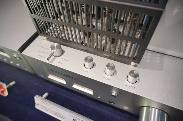 画像: ▲天板フロント側にトーンコントロール(バス/トレブル)とL/Rバランス調整ノブが配備される