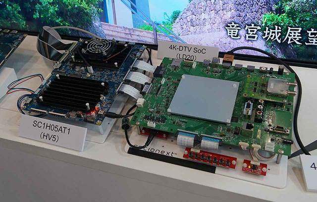 画像: ▲左が4K信号処理基板で、ここからのV-By-One出力を右の基板に入力、HDMI2.1出力からテレビにつないでいた。中央の白いヒートシンクの下にSC1H05AT1のLSIが取り付けられている