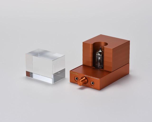 画像: 前面にチューブ・プロテクターの役割を重ねたキューブ状のガラス・ブロックを配置したユニークなデザイン。試聴取材ではこのガラス・ブロックの有無によっても音質の違いが感じられた--
