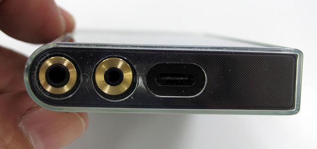 画像: 本体底面に2系統のヘッドホン出力(左が.5mmバランス出力)と、USB Type-Cを搭載