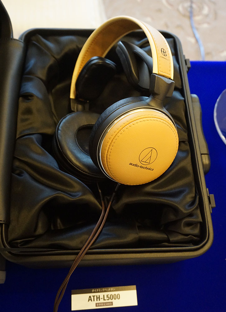 画像: オーディオテクニカ 12月14日発売の限定モデル「ATH-L5000」や、10月19日発売の「ATH-MSR7b」の試聴も可能。来場者はお目当ての製品の列に並んで音を確認していた