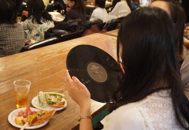画像: 参加者の中にはレコードに触ったことがないという人もあり、急遽会場内にサンプルを回すことに