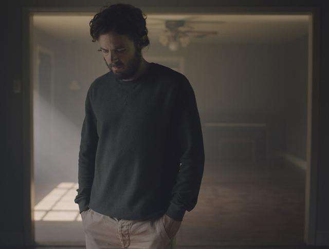 画像: ▲ケイシーはご存知のとおり、監督としても手腕をふるう俳優ベン・アフレックの弟。本作ではたいへん難しい役に挑んでいる