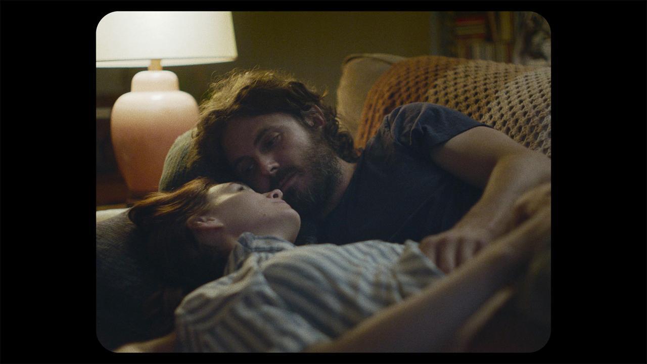 画像: ▲夫婦役で共演するルーニー・マーラ(手前)とケイシー・アフレック(奥)。ふたりは『セインツ -約束の果て-』(2013年)でもロウリー監督と組んでいる