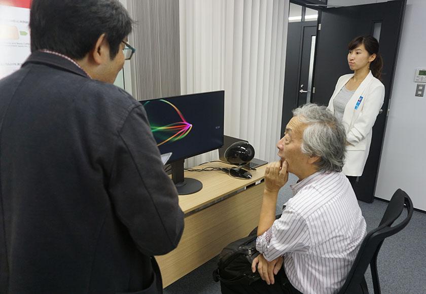 画像: Flow Machines Composerが作曲した音楽を試聴する麻倉さんを発見