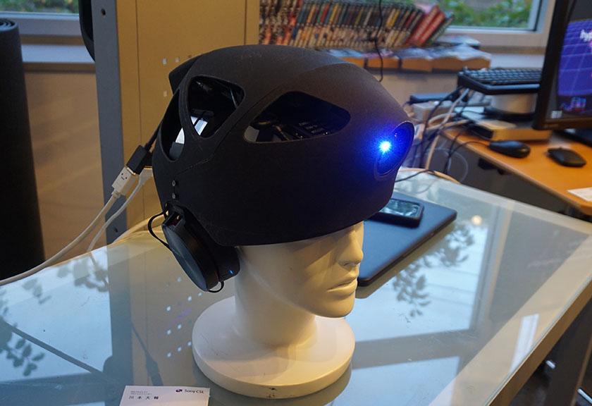 画像: 額の位置に取り付けられたプロジェクターが、視野いっぱいの映像を投写する