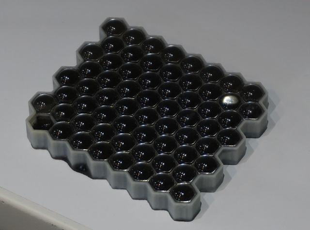 画像: 3Dディスプレイ等で光学デバイス。光を遮る液晶パネルの前に光学レンズを装着している