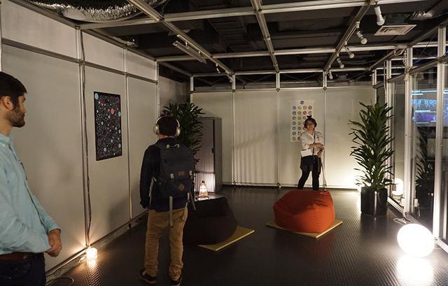 画像: 部屋の中を歩き回るだけで、聴こえてくる音楽のニュアンスが変化する