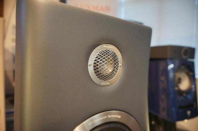 画像: トゥイーターはパンチングメタルの保護カバーが備え付けられている