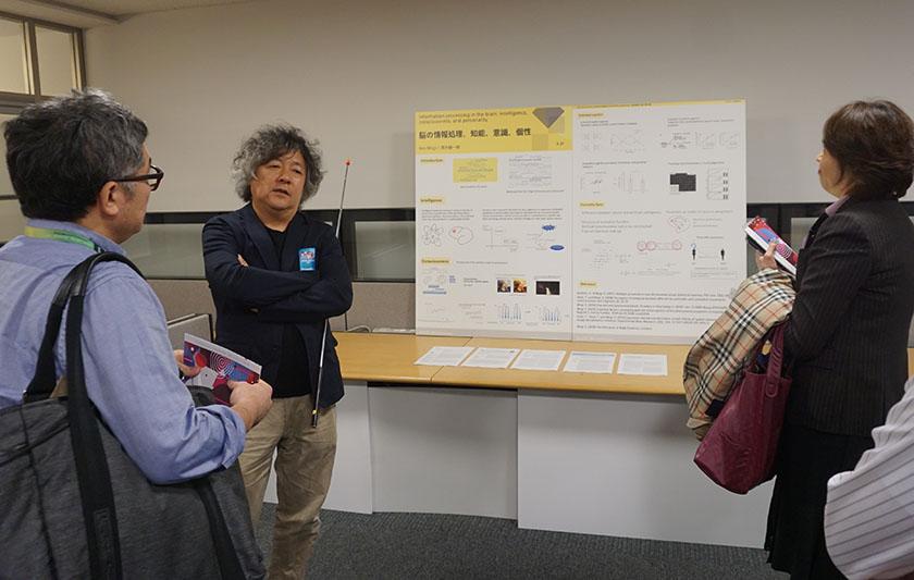 画像: 脳科学者の茂木健一郎氏もソニーCSLの研究員で、「意識が脳内の神経活動からどのように生まれてくるのか」を研究しているそうだ。会場では茂木さんに質問する来場者も多数見受けられた