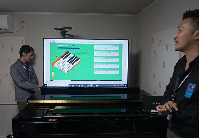 画像: ピアニストの指使いを、グローブで追体験