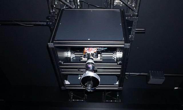 画像: 天井に設置されたプロジェクターで投影したバーチャルのパックをマレットで打ち返して遊ぶ(本物のパックも1個あり)。それらの動きをすべてセンサーで検知しており、バーチャルパックを打ち返した際には、マレットに振動が伝わるようになっている
