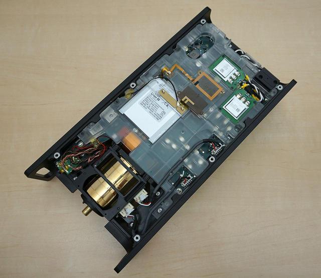 画像: こちらはデジタル基板側(本体上側)。中央上部にあるのがデジタル用バッテリーで、写真右上にふたつみえるひとまわり小さい部品が、電気二重層キャパシター