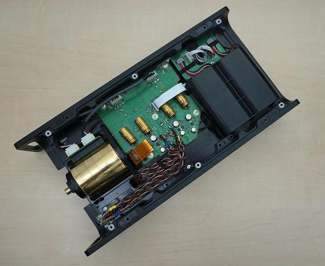 画像: アナログ基板側の様子。右上にアナログ用バッテリーがふたつ並んでいる。アンプ基板からヘッドホン出力への配線にはキンバーケーブルが使われている(写真下側)