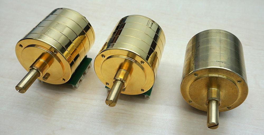 画像: ロータリーボリュウムには、定評のあるアルプス電気製RK501を、ソニーのカスタム品として採用している。上の写真はメッキが少しずつ異なるもので、こういった試作を何回も繰り返したそうだ