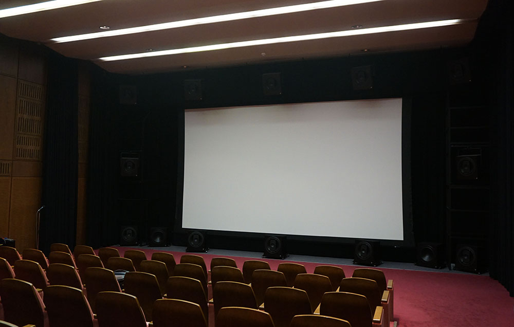 画像: 試写会はNHK放送センター内のオーディションルームで行なわれた。スクリーンサイズは300インチ