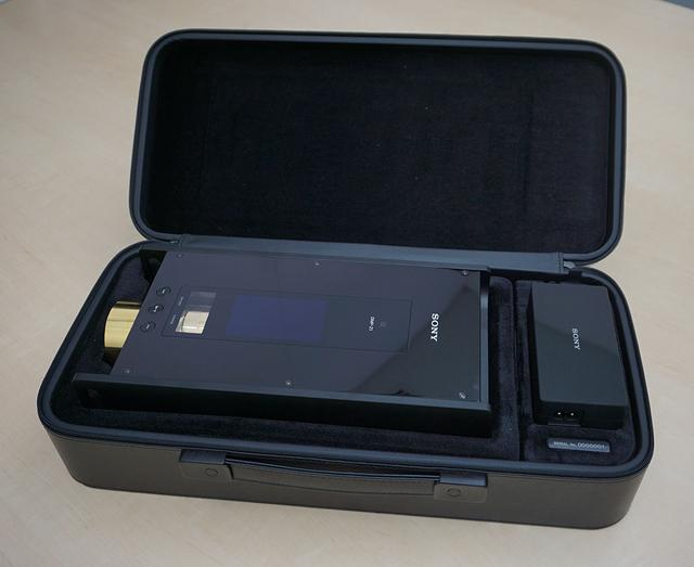 画像: 専用ケースには、ACアダプターやUSBケーブルなども収納可能。このケースに入れて持ち運べば、出張先でもいい音を楽しめる