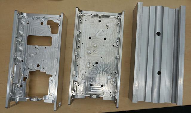 画像: 新開発のH型アルミシャーシ。写真右端のH型アルミ押し出し材を切削加工することで、高い剛性と軽さを両立させている。最終的には左端の状態まで削り、これにアルマイト処理を施して基板を取り付けている