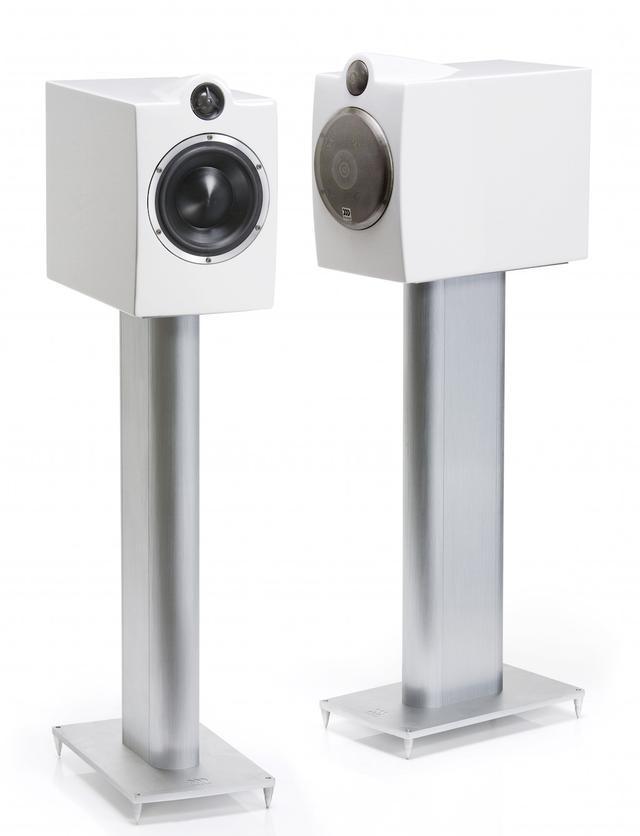 """画像: OCTAVE 6 Limited Editionは、""""鳴らしやすさ""""も訴求する2ウェイモデル。写真のスタンドは海外仕様で、実際は黒いスタンドが別売になるとのこと"""