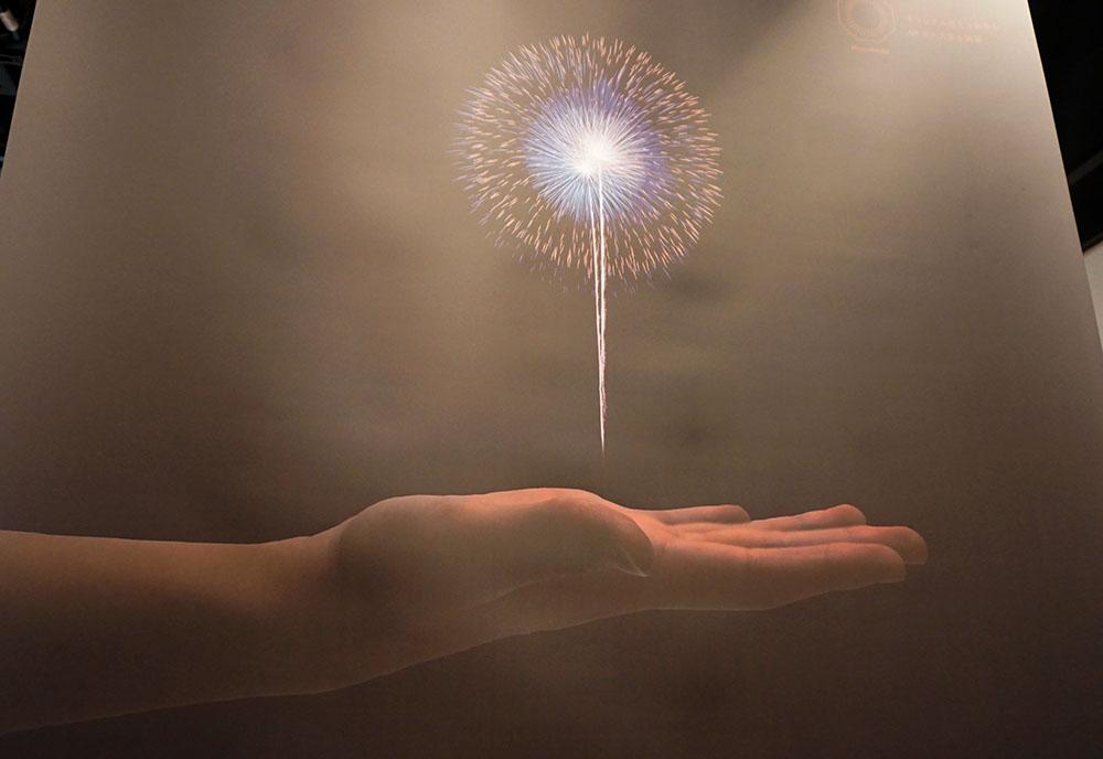 画像: 「オリジナル花火を製作、ARで花火大会を開催」 松本姫佳さんは、日本の風物詩である花火大会をバーチャルで再現し、現実と仮想のいいとこどりを提案している。小さなチップを組み合わせて花火の元を作り、それをスマホアプリに取り込むとARで花火を楽しめる。その花火を使ってオリジナルの花火大会を開催し、他のメンバーにも開放するという