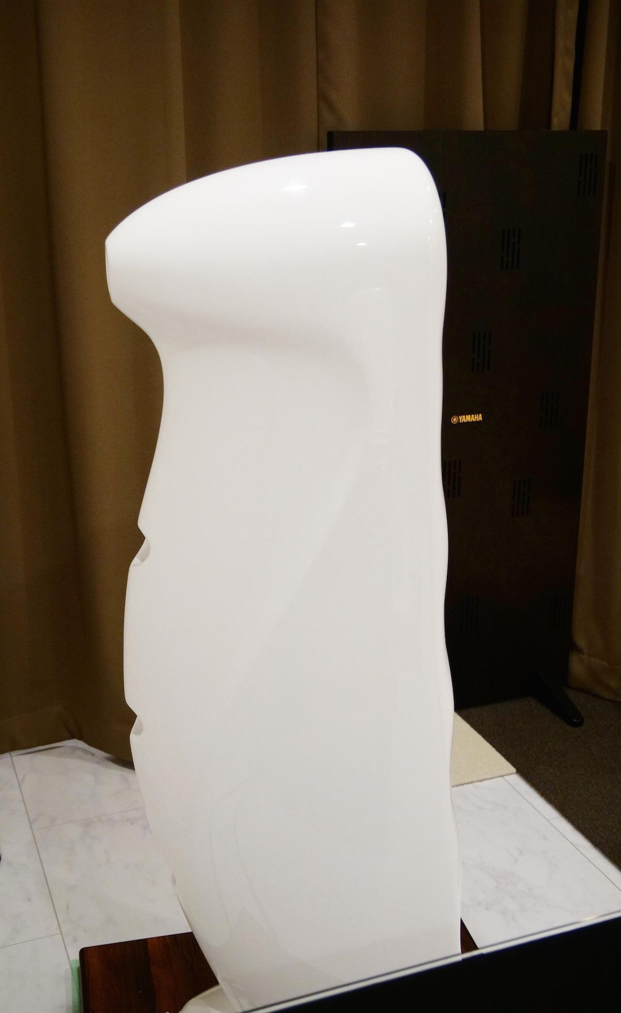 画像: 「バック・スパイン(脊椎)・アピアランス」と名付けられたSOPRANの背面。ミッドレンジ・ウーファーごとにバスレフポートが設けられる。それぞれに最適化された、異なるポートチューニングが施されているとのこと